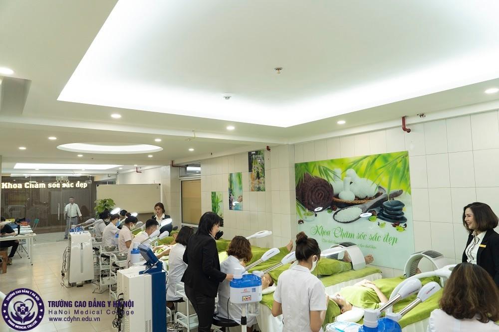 sinh viên hệ cao đẳng chăm sóc sắc đẹp học thực hành chăm sóc da tại khoa