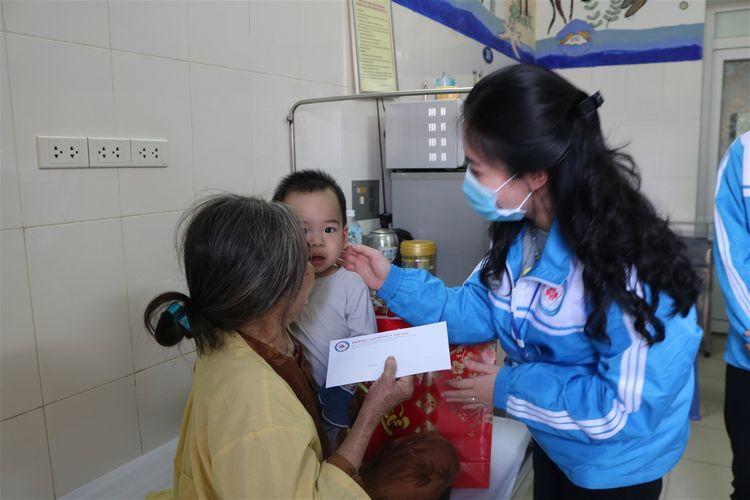 sinh viên cdyhn với chương trình thiện nguyện tết sẻ chia