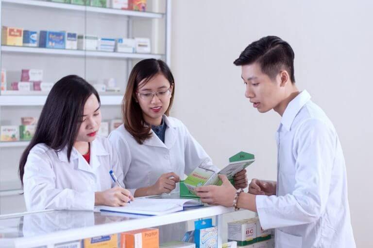 Học Dược có phải chỉ là để mở quầy thuốc và bán thuốc?